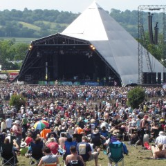 Glastonbury Festival Early_Sunday_afternoon_crowd_at_the_Pyramid